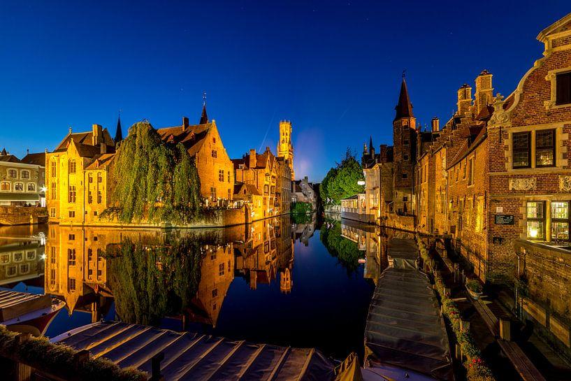 Het centrum van Brugge met uitzicht over de Dijver bij avondlicht van Marco Schep