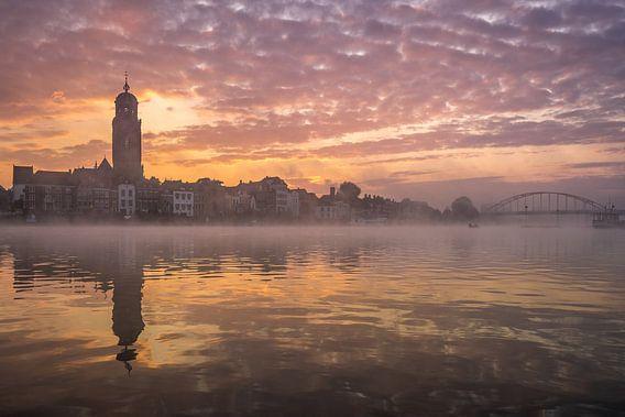 Zonsopkomst in Deventer met mist van Edwin Mooijaart