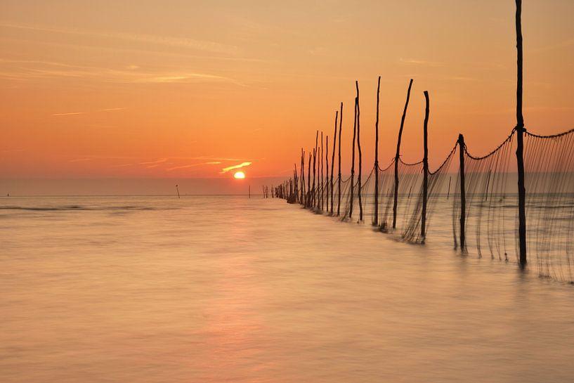 Visnetten bij zonsopkomst van John Leeninga