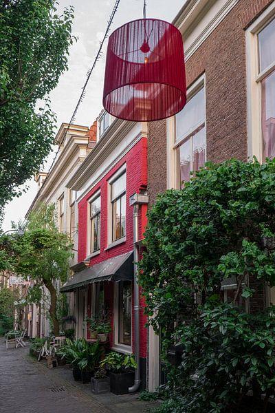 Ruelle avec maison rouge et abat-jour I Haarlem, Noord-Holland I Contraste de couleurs I Photographi sur Floris Trapman