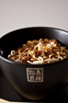 kom met chinese tekens gevuld met noodles van