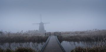 Windmühle in Kinderdijk in den Nebel von Toon van den Einde