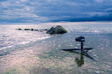 Camera en statief aan de Oostzeekust bij Meschendorf van Rico Ködder