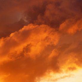 Orange Clouds (Oranje Wolken) van Caroline Lichthart