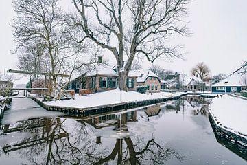 Winter in Dwarsgracht bij Giethoorn met de beroemde kanalen van Sjoerd van der Wal