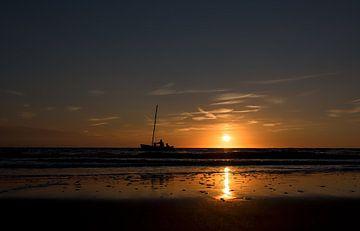 Katamaran auf See bei Sonnenuntergang von Ed Dorrestein