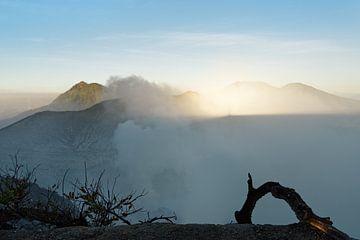 Erstes Tageslicht und Bergschatten am aktiven Vulkan Ijen von Ralf Lehmann