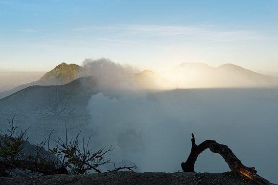 Erstes Tageslicht und Bergschatten am aktiven Vulkan Ijen