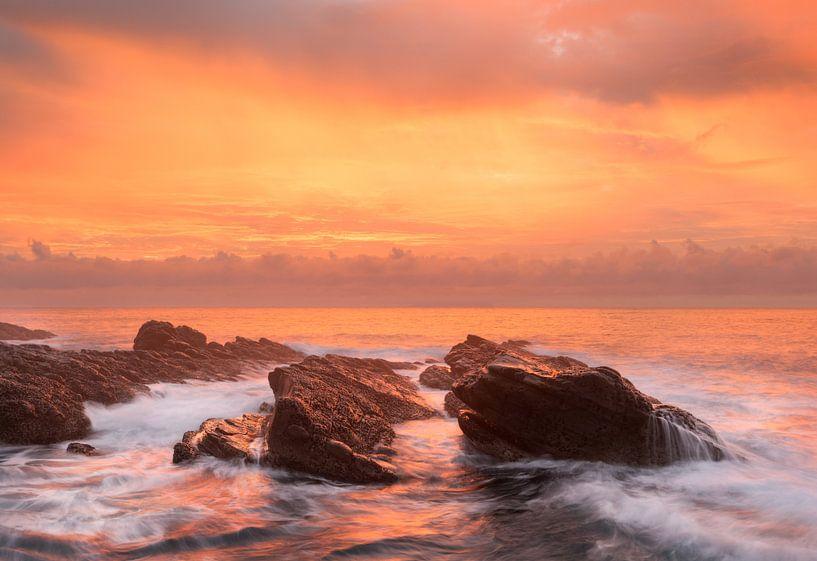 Een prachtige zonsopkomst aan de oost kust van Taiwan van Jos Pannekoek