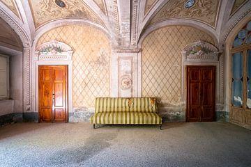 Verlassenes Sofa. von Roman Robroek