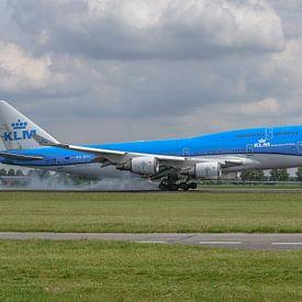 Geland! Een Boeing 747-400 van de KLM, (PH-BFV, City of Vancouver) heeft zijn landingsgestel op de P van Jaap van den Berg