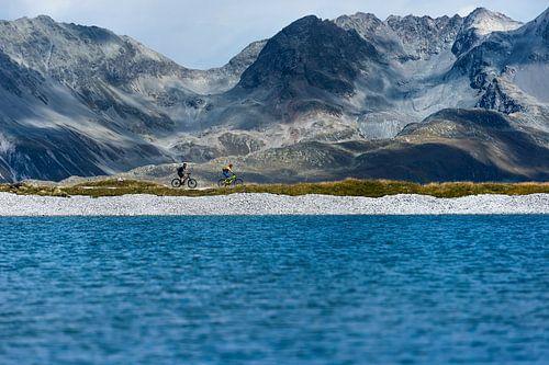 Mountainbikers voor bergmassief van