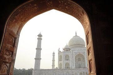 doorkijk naar Taj Mahal bij avondlicht van Karel Ham