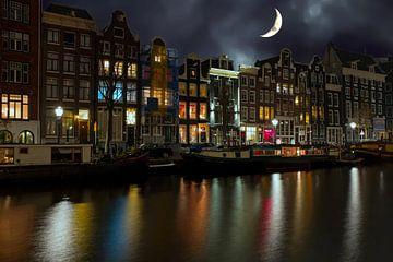 Stadsgezicht van Amsterdam bij avond met halve maan van Nisangha Masselink