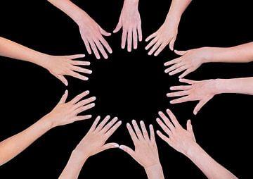 Hände von fünf Kindern bilden zusammen ein Kreis auf schwarzem Hintergrund von