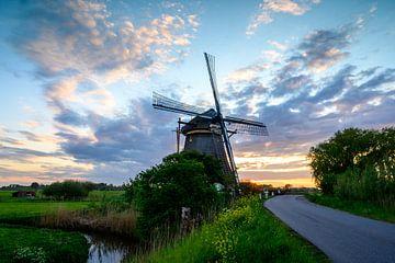 Hollands beeld van een molen tijdens de ondergaande zon van Michel Knikker