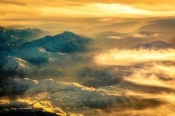 Luchtfoto Zagrosgebergte in Iran met mist van Dieter Walther