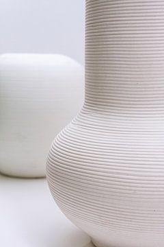 Handgemaakte witte vazen in een wit interieur van Tony Vingerhoets
