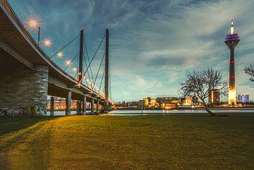 Rheinbrücke Düsseldorf 3 von Johnny Flash