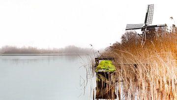 Mühle in der Landschaft am Wasser an einem nebligen Tag - b von Marcel Kieffer