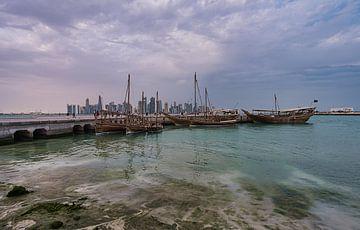 Doha Skyline von der Corniche Promenade Nachmittag Weitwinkelaufnahme zeigt Dhows mit Qatar Flagge i von Mohamed Abdelrazek