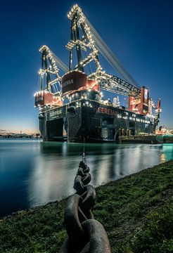 's Werelds grootste half afzinkbare kraanschip Sleipnir in de haven van Rotterdam in de avond. van Claudio Duarte