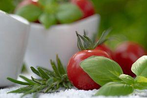 Rode tomaten met verse tuinkruiden