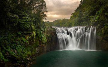 De mooie Shifen waterval in het noorden van Taiwan bij de hoofdstad Taipei. van Jos Pannekoek
