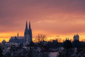 Regensburg, dom en stadhuistoren in de winter met sneeuw bij zonsopgang van Robert Ruidl