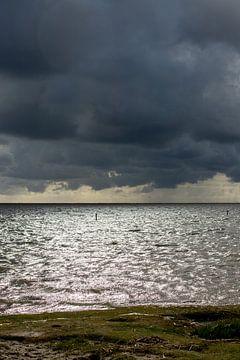 Donkere wolken boven Westerheversand van Alexander Wolff