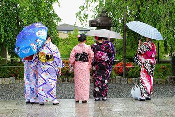 Elegante Geisha vrouwen, Kyoto, Japan van Inge Hogenbijl