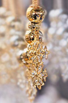 Close-up van een gouden ketting met diamanten van Tony Vingerhoets