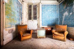 Stoffige Meubels in Verlaten Huis. van Roman Robroek