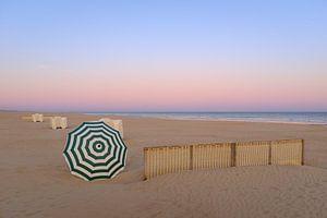 Parasol sur la plage sur Johan Vanbockryck