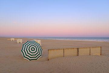 Parasol op het strand van Johan Vanbockryck