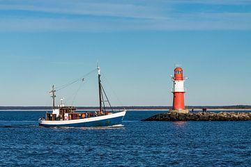 Ein Fischerboot an der Mole von Warnemünde von Rico Ködder