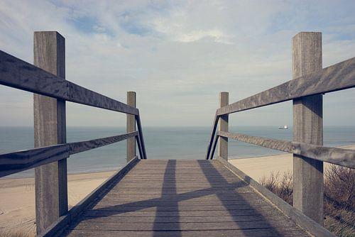 houten trap naar het strand van