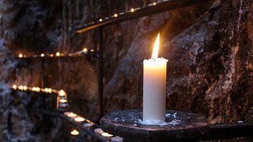 Kaarsen muur in de rotskoepelkerk in Finland sur Merik Westerveld