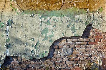 Oude vervallen stenen fabrieksmuur van Gerard Veerling