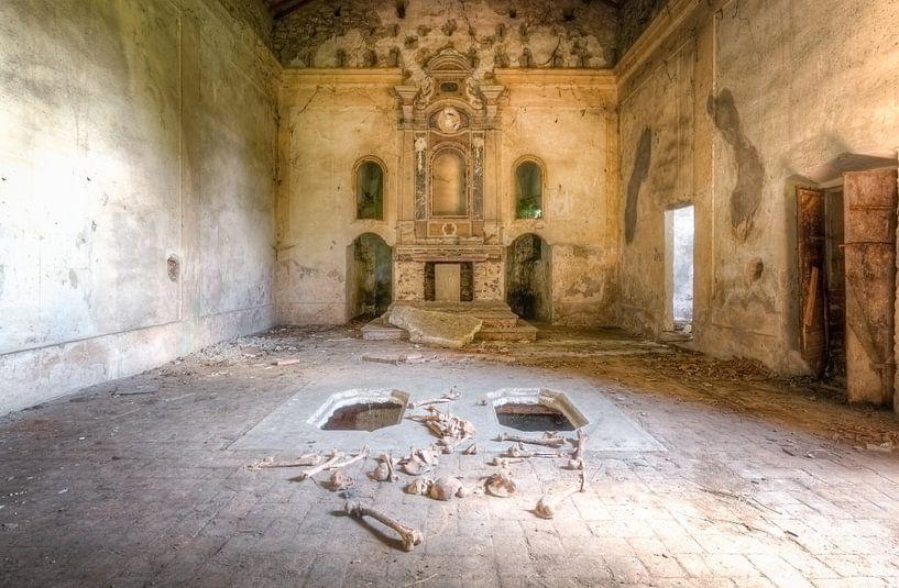 Verlaten Kerk met Botten van Roman Robroek