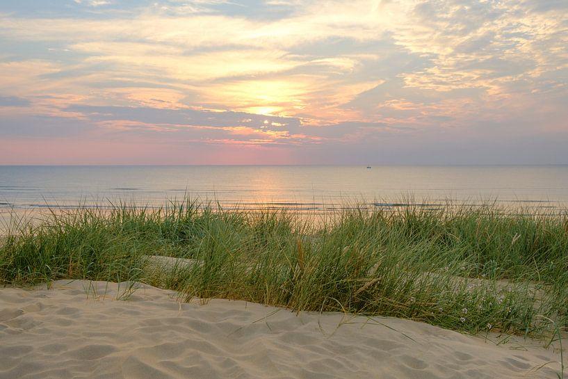 Zomerse zonsondergang in de duinen aan het Noordzee Strand van Sjoerd van der Wal