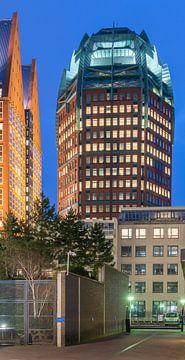 Muzentoren in Den Haag centrum bij avond von Rob IJsselstein