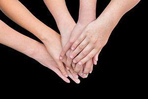 Veel armen van kinderen met handen op elkaar