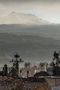 Grijs licht in de Andes en het kerkje in Yanque, Colca Canyon, Peru