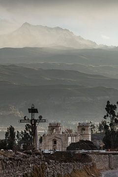 Lumière grise dans les Andes et l'église de Yanque, Canyon de Colca, Pérou sur Martin Stevens