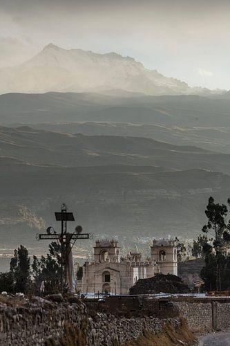 Grijs licht in de Andes en het kerkje in Yanque, Colca Canyon, Peru van Martin Stevens