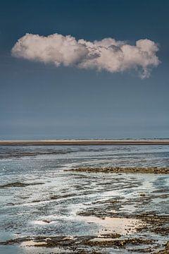 Nuage unique au-dessus de la mer des Wadden en dessous de Schiermonnikoog