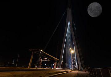 Erasmusbrug bij nacht met de Volle maan sur