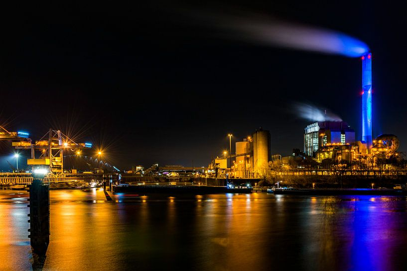 Elektriciteitscentrale Gelderland in Nijmegen, snachts van Maerten Prins