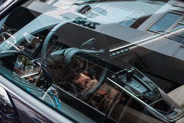 Porsche 911 mit Blick durch das Fenster von Koen Verburg